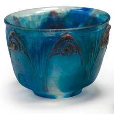 François-Emile Décorchemont (1880 - 1971), Vase en pâte de verre, frise de palmettes en relief de couleur brun-rouge sur un fond bleu-outremer et bleu-turquoise.