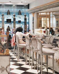 A Maison Pouchkine acaba de se aventurar em uma novidade que estreita as relações culturais entre a França e a Rússia. O conhecido restaurante e café inaugurou uma flagship oficial na Place de la Madeleine, coração de Paris, e agora oferece cafés e chás em um ambiente impressionante e clássico de 600 metros quadrados.