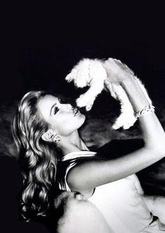 Valentino S/S 1995 Photographer : Arthur Elgort Model : Claudia Schiffer Claudia Schiffer, Arthur Elgort, Divas, Celebrities With Cats, Celebs, Photo Portrait, Helena Christensen, Portraits, Christy Turlington