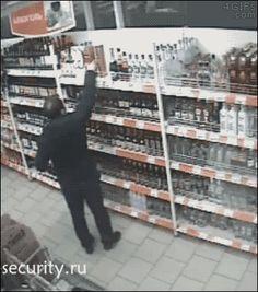 Si quieres robar alcohol, hazlo antes de pillar la papa, que luego pasa lo que pasa...