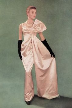 Jean Patou Evening Gown, photo by Jacques Decaux, 1959 Vintage Gowns, Vintage Glam, Vintage Outfits, Vintage Beauty, Style Couture, Haute Couture Fashion, Jean Patou, White Evening Gowns, Look Retro