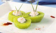Receta de Kiwi relleno de queso al pimentón en http://www.recetasbuenas.com/kiwi-relleno-de-queso-al-pimenton/ Prepara un rico primer plato de kiwi relleno de queso con un toque de pimentón de forma fácil y rápida. Un primer plato con fruta muy sano.  #recetas #Primeros #kiwi