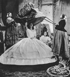 What's underneath that Hoop Skirt- The History of Crinoline, the Victorian fashion garment. The Vintage News Costume Halloween, Historical Clothing, Historical Photos, Victorian Fashion, Vintage Fashion, Victorian Era, Victorian Women, Steampunk Fashion, Gothic Fashion