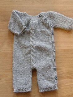 Jumpsuit pattern by Pinar Ürün Sizun I am a sucker for simple simple knits. Love the garter stitch and single cable running down the front.I am a sucker for simple simple knits. Love the garter stitch and single cable running down the front. Baby Knitting Patterns, Knitting For Kids, Baby Patterns, Vogue Patterns, Vintage Patterns, Free Knitting, Sewing Patterns, Knitted Baby Clothes, Baby Jumpsuit