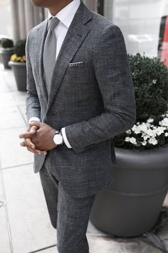 The gray suit is one suit you would wear and expect your class & style to be instantly noticed. Here are the best shirts and shoes to pair with a gray suit. Gentleman Mode, Gentleman Style, True Gentleman, Sharp Dressed Man, Well Dressed Men, Traje Casual, Mode Man, Mens Fashion Suits, Mens Suits Style