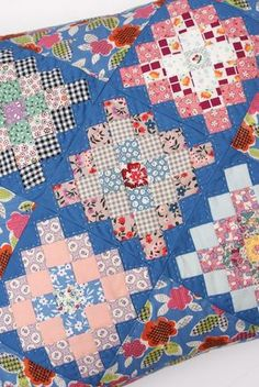 pattern from book great granny squared lori holt granny Granny Square Quilt Block Pattern Gallery Scrappy Quilts, Mini Quilts, Patchwork Quilting, Quilt Baby, Quilting Projects, Quilting Designs, Sewing Projects, Granny Square Quilt, Granny Squares