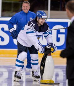 Pekka Jormakka made a return after having a mild concussion, and Team Finland got him a special aid in first morning practice he was back. Isn't that cute? #Finland #Penguin #fun #funny #bromance