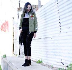 macacao-jeans-preto-camiseta-listrada-jaqueta-bomber-patches-botinha-salto-metalizado-look8