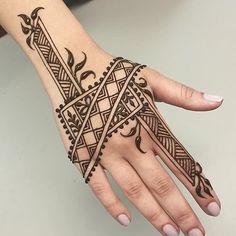 New style henna design @catherinelentdesign. Taken by hennalookbookin on Friday 15. April 2016