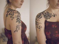 tatuagerm femininas nos ombros em preto e sombras