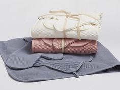 Organic, soft and ready to take care of baby's skin in the bath. This organic cotton set is super soft and includes a double-sided bath mitt, a hooded towel and wash cloth.