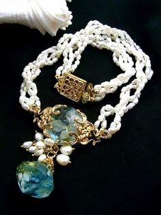 jouer avec moa? (ジュエ・アヴェック・モア)2011シーズン「Peine~人魚の歌~」と題されたコレクション。「眠る真珠」と名付けられたネックレス。深い海の碧を閉じ込めたような美しい色の樹脂に真鍮のゴールドを合わせて上品な印象に。淡水パールがフェミニンな印象を引き立てます。カジュアルなお洋服からエレガントな装いまで幅広くお使い頂けるアクセサリーです。※こちらの商品は現在廃版となっており再入荷の予定はございません。御了承下さい。