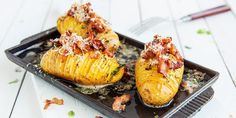Uimotståelig hasselbackpoteter med bacon | Coop Mega Tapas, Spanish Food, Chorizo, Pesto, Baked Potato, Grilling, Bacon, Food And Drink, Potatoes