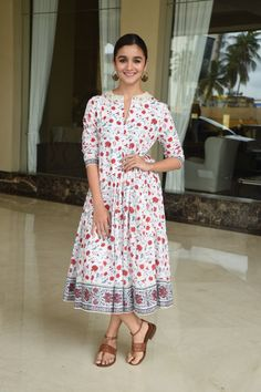 Rate her look 10 Alia Bhatt clicked just now. Kurta Designs, Kurti Designs Party Wear, Indian Attire, Indian Wear, Indian Outfits, Modest Dresses, Nice Dresses, Summer Dresses, Organizer Box