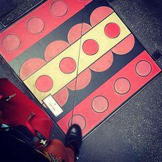 """#progetto """"Sopra il sotto"""" un insolito percorso artistico lungo le #strade del #quadrilaterodellamoda tra #ViaMontenapoleone e #ViaSantAndrea #Valentino #tombiniartisitici ideati dai grandi protagonisti del #fashiondesignitaliano.  Il progetto di #Metroweb nato da un'idea di #MonicaNascimbeni è stato realizzato con il patrocinio del #ComunediMilano in collaborazione con la #CameraNazionale dellaModaItaliana.  Come per le scorse edizioni a chiusura della mostra open air dopo un restauto i…"""