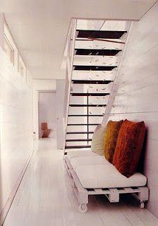 sofa o sillon bajo escalera con palets