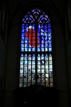 """Michel van Overbeeke  glas-in-loodraam """"Vrede en Verdraagzaamheid  St. Bavokerk Haarlem"""