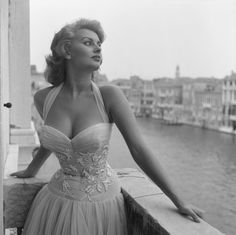 Sophia Loren à Venise. #gorgeous #dress #50s #blackandwhite