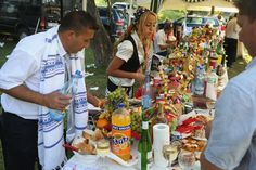 Das Fest beim Kloster von Bistrita bringt jedes Jahr Tausende von Kalderasch zusammen, zum Tanzen, Essen und Handeln.  Familien wie die von ...