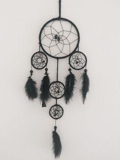 Egentillverkad drömfångare Sun Catcher, Dream Catchers, Diy Home Decor, Dreamcatchers, Feather Mobile