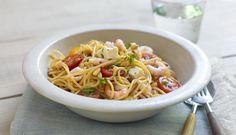 Det er ikke bare kjøttdeig som passer godt til spaghetti. Prøv en ny variant med reker og fetaost og vi garanterer deg en herlig opplevelse. Ps. Legg merke til hvor raskt det går å tilsette rekene.