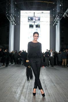 Camiseta negra bajo camisa seda + pantalon + escarpins