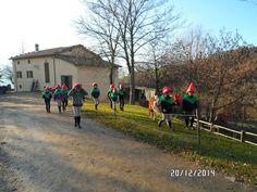 La banda degli elfi di corsa verso la festa!