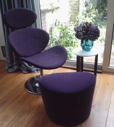 paarse stoel met bijpassend bekleed ikea poef door Liesbeth Albers Interieurarchitectuur