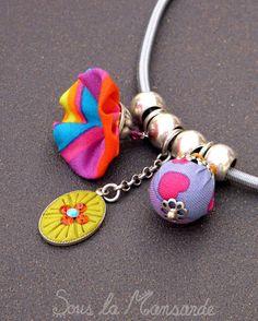 Halskette geht (45cm), ein Verschluß Stab, elastische Schnur mit Anhängern in Gewebe und polymerem Ton. Graue Schnur 3mm eines Durchmessers, auf dem d
