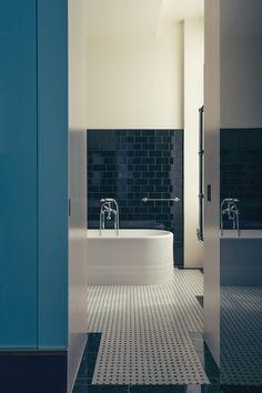 Dimorestudio, cabinet milanais d'excellence, a fait de l'ancienne maison du duc de Choiseul un morceau de bravoure décoratif. Une salle de bain de l'hôtel Saint-Marc à Paris. © Philippe Servent