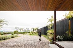 Fachada contemporânea, moderna, brises de pretos, Portas e janelas do piso ao teto. Forro de madeira ripado. Casa Contemporânea em São Paulo por Jacobsen Arquitetura