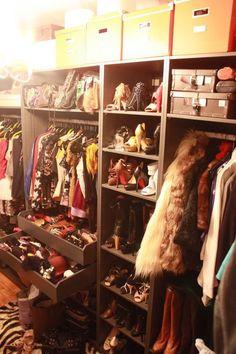 Quem não fica curioso em saber como é a vida das blogueiras de moda mais famosas do planeta? Pois a blogueira do  Cocorosa é craque em ...