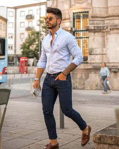 Casual Chic Outfit für Männer. Herrenoutfit mit Jeanshose, Langarmhemd, und Slipper. Ein Männeroutfit im schicken Stil für die Arbeit oder in der Freizeit, passend für den Frühling und Sommer. Erfahre welche Teile dazu passen! Aktuelle Outfits für Männer mit passenden Teilen findest Du bei Favorite Styles. Herrenmode, Outfits aller Marken und Stile. Männeroutfit im Stil: Casual Chic. Trage dieses Herrenoutfit im: Frühling und Sommer. Das Outfit passt zu folgenden Anlässen: Arbeit und Freizeit.