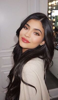 This Kylie Jenner makeup look is definitely one you need to copy! A Kylie Jenner Makeup look is tough to achieve. But after Kylie Cosmetics, we all want a beauty routine like hers. Here's some Kylie looks to recreate! Kylie Jenner Outfits, Kylie Jenner Makeup Look, Kylie Jenner Fotos, Kylie Jenner Mode, Kylie Jenner Hairstyles, Kylie Jenner Black Hair, Kylie Jenner Eyebrows, Kyle Jenner, Kylie Jenner Snapchat