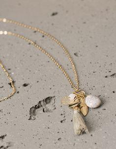 Collar largo charms con piedra y pompón. Descubre ésta y muchas otras prendas en Bershka con nuevos productos cada semana