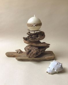 Bougeoir en bois flotte et sa bougie ronde customisée Driftwood Candle Holders, Driftwood Mobile, Decoration, Candles, Mobiles, Table, Home Decor, Round Candles, Decorated Candles