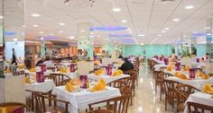 Restaurante con servicio tipo buffet y cocina en vivo. Selecta y variada oferta de platos incluyendo platos temáticos, vegetarianos y deliciosos postres. // Restaurant with buffet service and show cooking. A selected and varied assortment of dishes including themed dishes, vegetarian choices and delicious desserts.