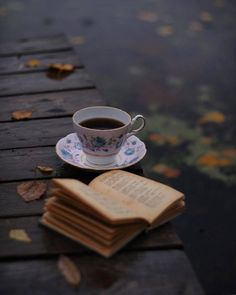 A cup of coffee and a good old book Coffee And Books, Coffee Love, Coffee Break, Photos Amoureux, Book Aesthetic, My Cup Of Tea, Simple Pleasures, Book Photography, Tea Time