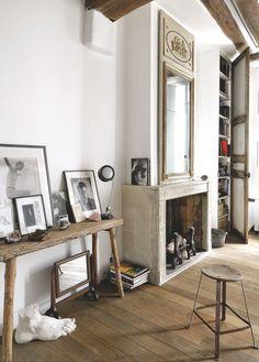 Console en bois, lampe, tabouret, miroir et trumeau chinés aux Puces. Pied en plâtre, Astier de Vilatte. Photos de Matthew Brookes.