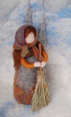 little girl with broomstick or a nice looking eastern witch :) Waldorf Crafts, Waldorf Dolls, Wet Felting, Needle Felting, Felt Angel, Wool Dolls, Felt Fairy, Fairy Dolls, Felt Toys