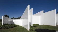 El balneario de la Fazenda Boa Vista, en Brasil, es una construcción baja diseñada por el estudio Isay Weinfeld.