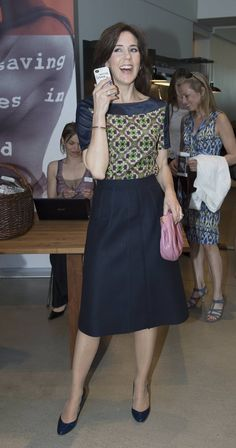 Crown Princess Mary's working and everyday closet. Mary's geo-print tunic top injects life into her tailored navy skirt. Princesa Mary, Queen Fashion, Royal Fashion, Mary Donaldson, Princess Marie Of Denmark, Danish Royal Family, Queen Dress, Crown Princess Mary, Feminine Dress