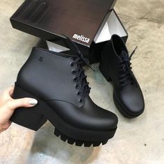 I want to talk about some shoes that will make our outfits always look modern and chic without any effort. We can call them our joker shoes. Of course, they are our indispensable black boots! Heeled Boots, Shoe Boots, Ankle Boots, Shoes Heels, Black Boots Outfit, Yellow Boots, Cute Shoes, Me Too Shoes, Diy Mode