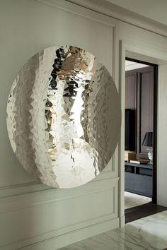 No detalhe do hall, a obra Fractured mirror, de Anish Kapoor, adquirida na Lisson Gallery, em Londres