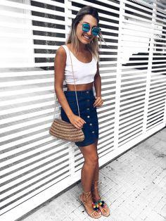 • hora de compartilhar com vocês o segundo look da tag #1peça3looks.  optei pelo cropped branco e a rasteirinha de pom-pom, que é um vício no verão. 💗🐚 {ah, e lembram que fiz um post comentando o meu amor por bolsas de palha? também combinei aqui no #lookoftheday}