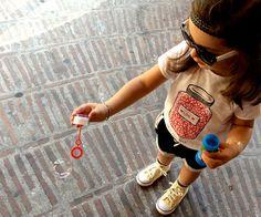 bimba gioca con bolle di sapone - look  kloo by booso e zara kids - coverse all star - www.momeme.it