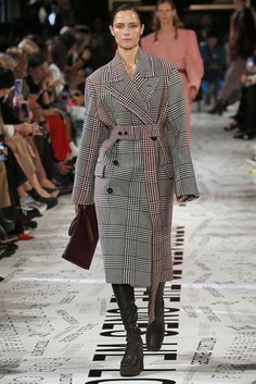 With New York, London, and Milan Fashion Weeks behind us we're closing out fashion month with Paris. See the best runway moments from Paris Fashion Week. Big Fashion, New York Fashion, Womens Fashion, Fashion Trends, Paris Fashion, Street Fashion, Fashion Edgy, Fashion Pants, Fall Fashion