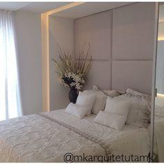 Amei a iluminação ao redor da cama! Quarto super aconchegante... Gostaram??  VEJA mais no #blog #construindominhacasaclean #cama #iluminação #decor #decoracao #decoração #quarto #room #cabeceira #design #interiordesign #casa #casaclean #home