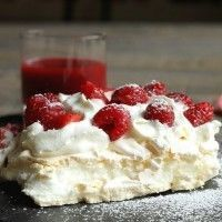 Pavlova with strawberries and framboise! Low Calorie Desserts, Just Desserts, Delicious Desserts, Dessert Recipes, Yummy Food, Meringue Pavlova, Pavlova Recipe, Raspberry Pavlova, Strawberry Cakes