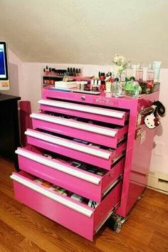 Clever Ways to Organize Your Makeup Clutter Seriously best idea ever! - Country girl makeup table oh my gosh I need this!Seriously best idea ever! - Country girl makeup table oh my gosh I need this! Makeup Storage Cart, Makeup Organization, Storage Ideas, Craft Storage, Makeup Cart, Bathroom Organization, Perfume Organization, Scrapbook Organization, Organization Station